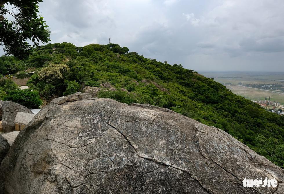 Mướt mắt với sắc màu vụ mùa ngắm từ đỉnh Núi Sam - Ảnh 2.