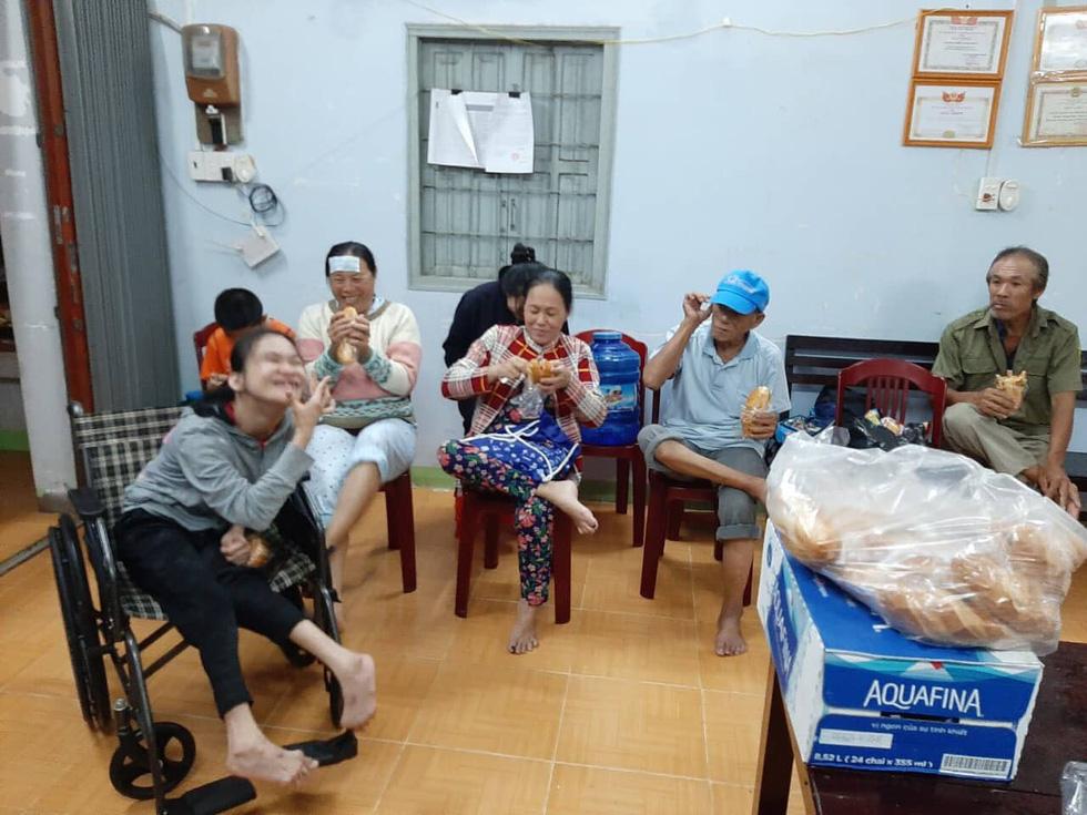 Phú Quốc đêm chạy ngập, nhiều nơi rộng cửa mời bà con tá túc - Ảnh 9.