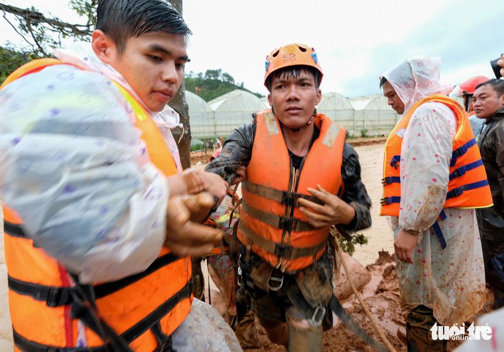 Đu dây giải cứu 41 người bị kẹt trong lũ ở Lâm Đồng - Ảnh 8.