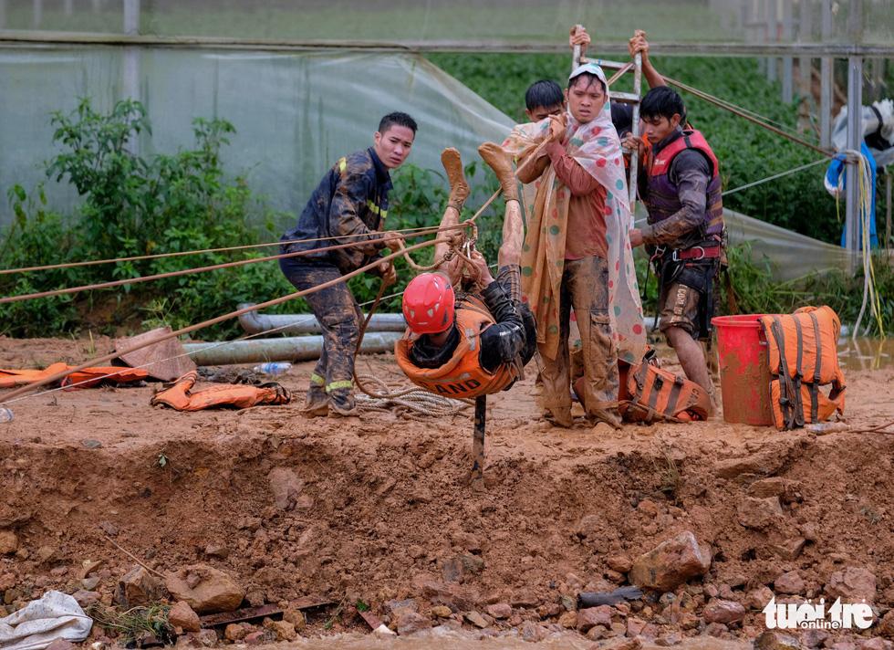 Đu dây giải cứu 41 người bị kẹt trong lũ ở Lâm Đồng - Ảnh 3.