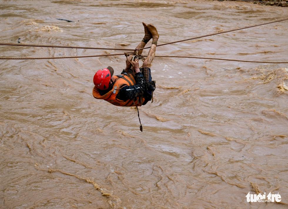 Đu dây giải cứu 41 người bị kẹt trong lũ ở Lâm Đồng - Ảnh 1.