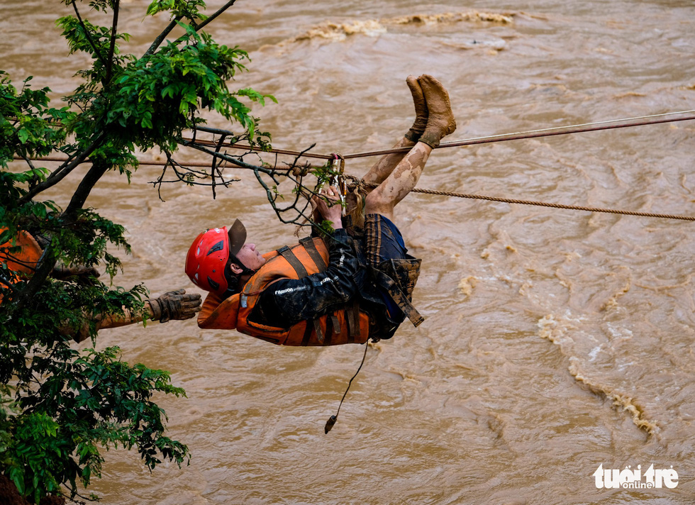 Đu dây giải cứu 41 người bị kẹt trong lũ ở Lâm Đồng - Ảnh 4.