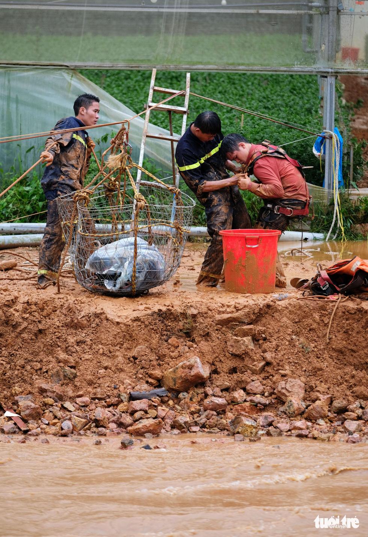 Đu dây giải cứu 41 người bị kẹt trong lũ ở Lâm Đồng - Ảnh 5.
