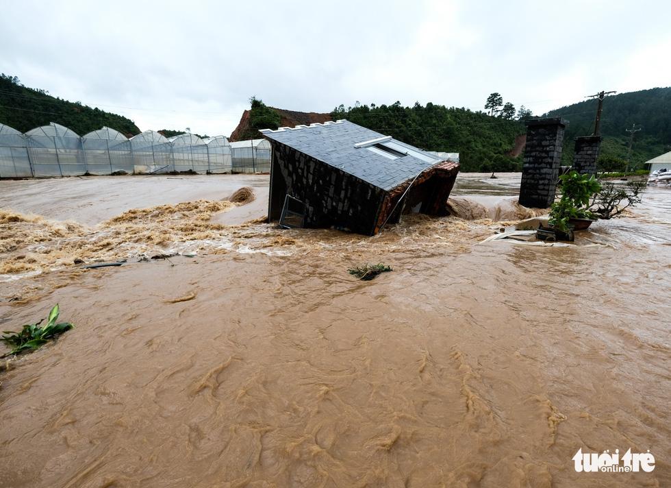 Đu dây giải cứu 41 người bị kẹt trong lũ ở Lâm Đồng - Ảnh 6.