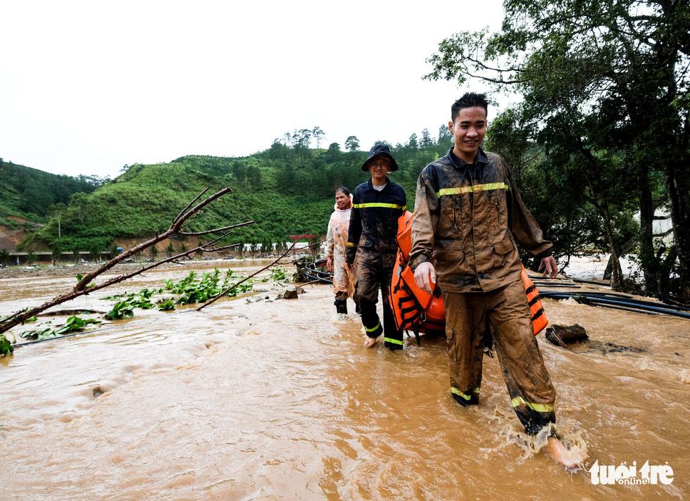 Đu dây giải cứu 41 người bị kẹt trong lũ ở Lâm Đồng - Ảnh 9.