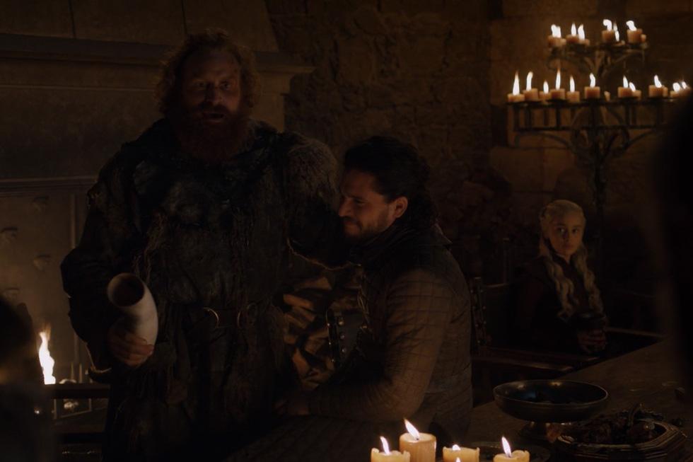 Hạt sạn Game of Thrones: cà phê, chai nhựa, cục sạc máy tính lên hình - Ảnh 2.