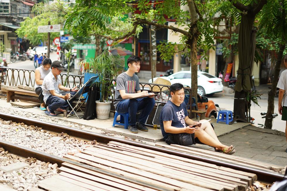 Ký họa đô thị Hà Nội: Những người vẽ bằng tình yêu... - Ảnh 6.