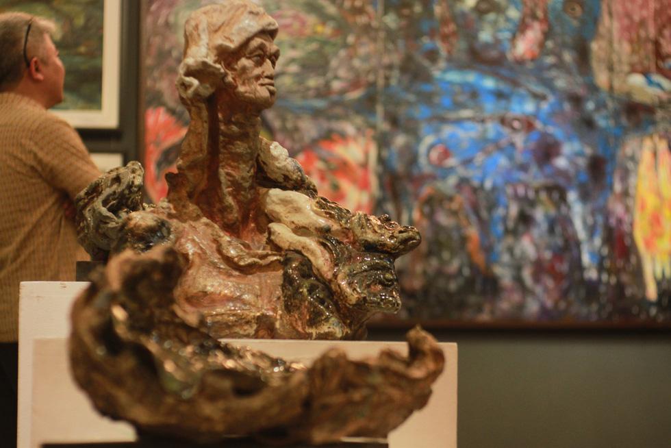 Đến bảo tàng Mỹ thuật TP.HCM xem 22 nghệ sĩ phiêu với hội họa - Ảnh 4.