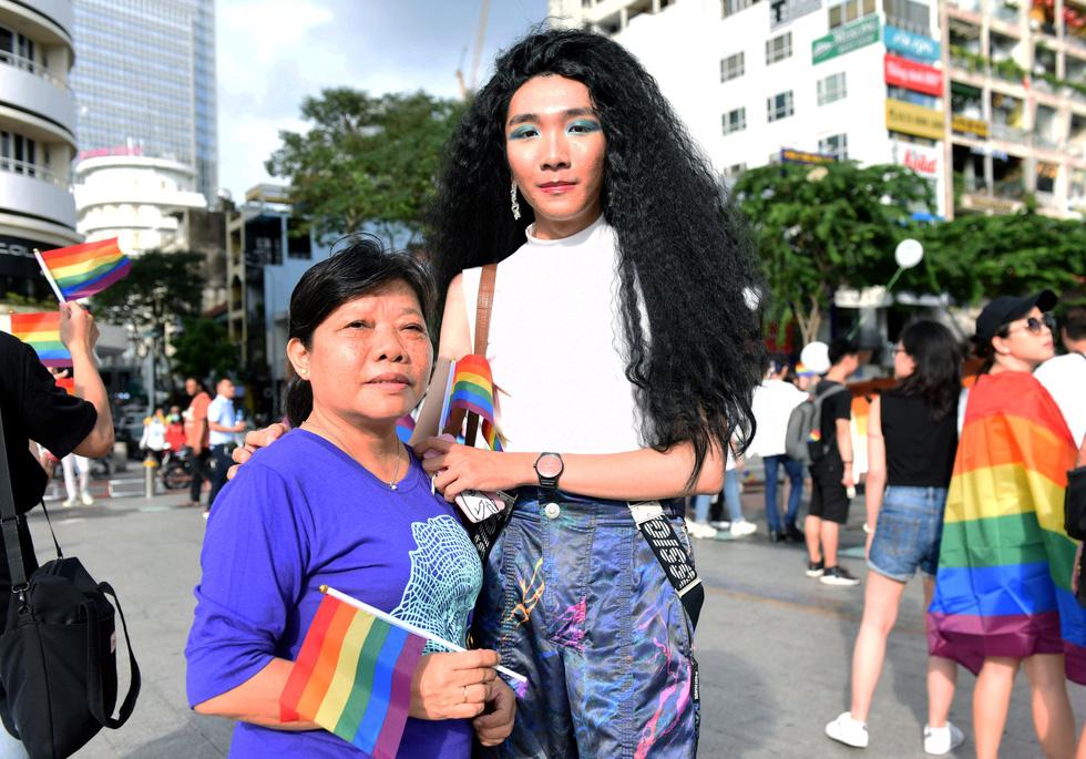 Cộng đồng LGBT diễu hành cầu vồng trên phố đi bộ Nguyễn Huệ - Ảnh 6.