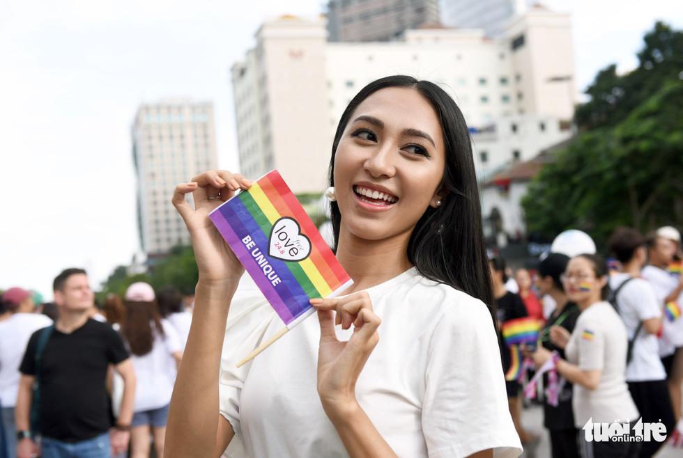 Cộng đồng LGBT diễu hành cầu vồng trên phố đi bộ Nguyễn Huệ - Ảnh 1.