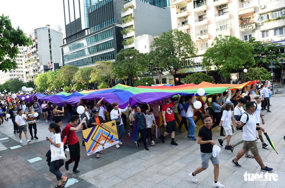 Cộng đồng LGBT diễu hành cầu vồng trên phố đi bộ Nguyễn Huệ - Ảnh 4.
