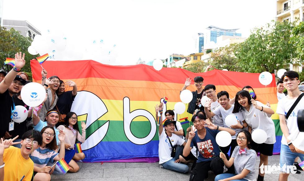 Cộng đồng LGBT diễu hành cầu vồng trên phố đi bộ Nguyễn Huệ - Ảnh 5.