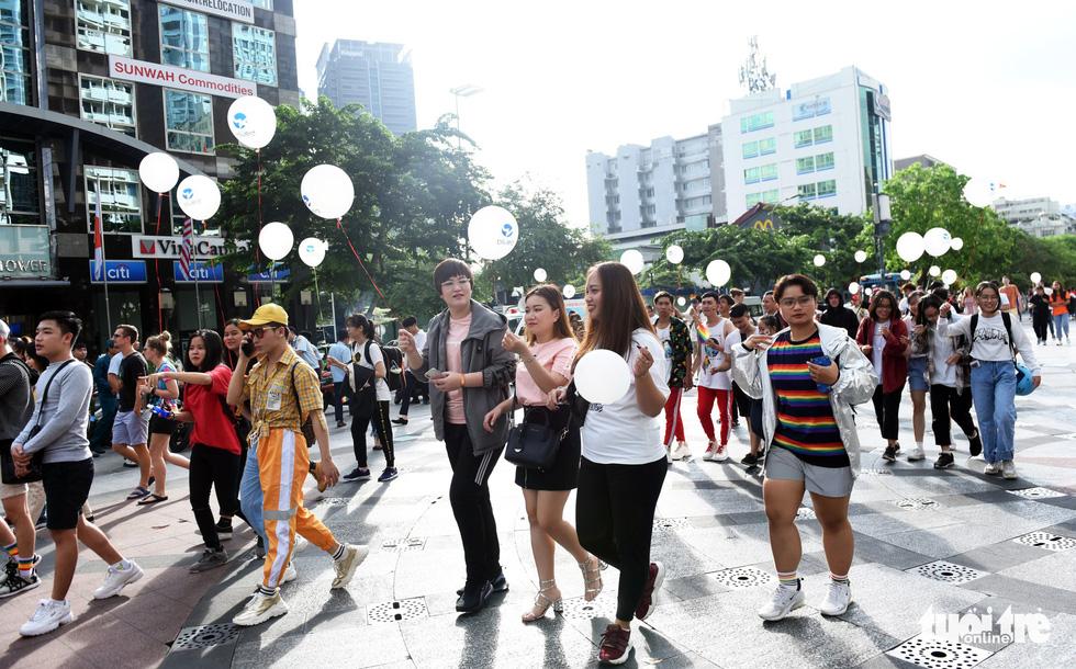 Cộng đồng LGBT diễu hành cầu vồng trên phố đi bộ Nguyễn Huệ - Ảnh 7.