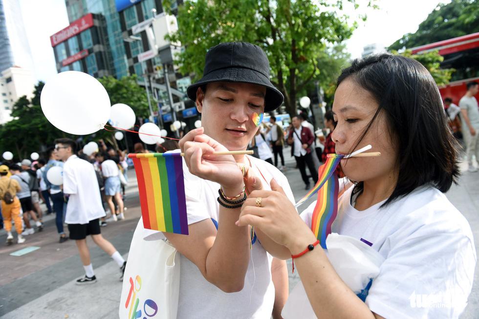 Cộng đồng LGBT diễu hành cầu vồng trên phố đi bộ Nguyễn Huệ - Ảnh 8.