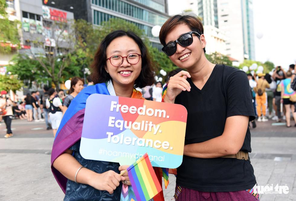Cộng đồng LGBT diễu hành cầu vồng trên phố đi bộ Nguyễn Huệ - Ảnh 9.