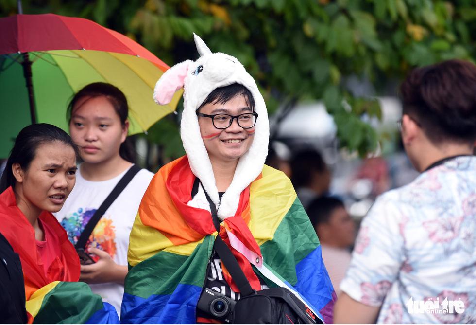 Cộng đồng LGBT diễu hành cầu vồng trên phố đi bộ Nguyễn Huệ - Ảnh 10.