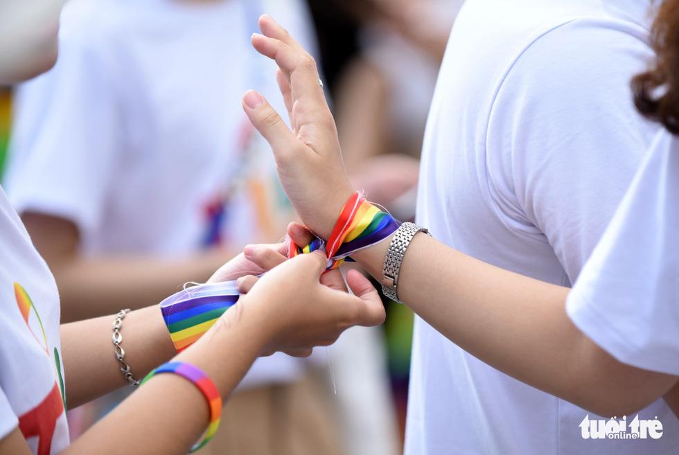 Cộng đồng LGBT diễu hành cầu vồng trên phố đi bộ Nguyễn Huệ - Ảnh 12.