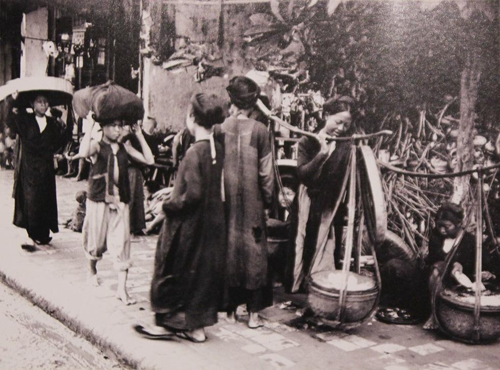 Xem bộ ảnh quý, nghe tiếng rao của những gánh hàng rong Hà Nội xưa - Ảnh 2.