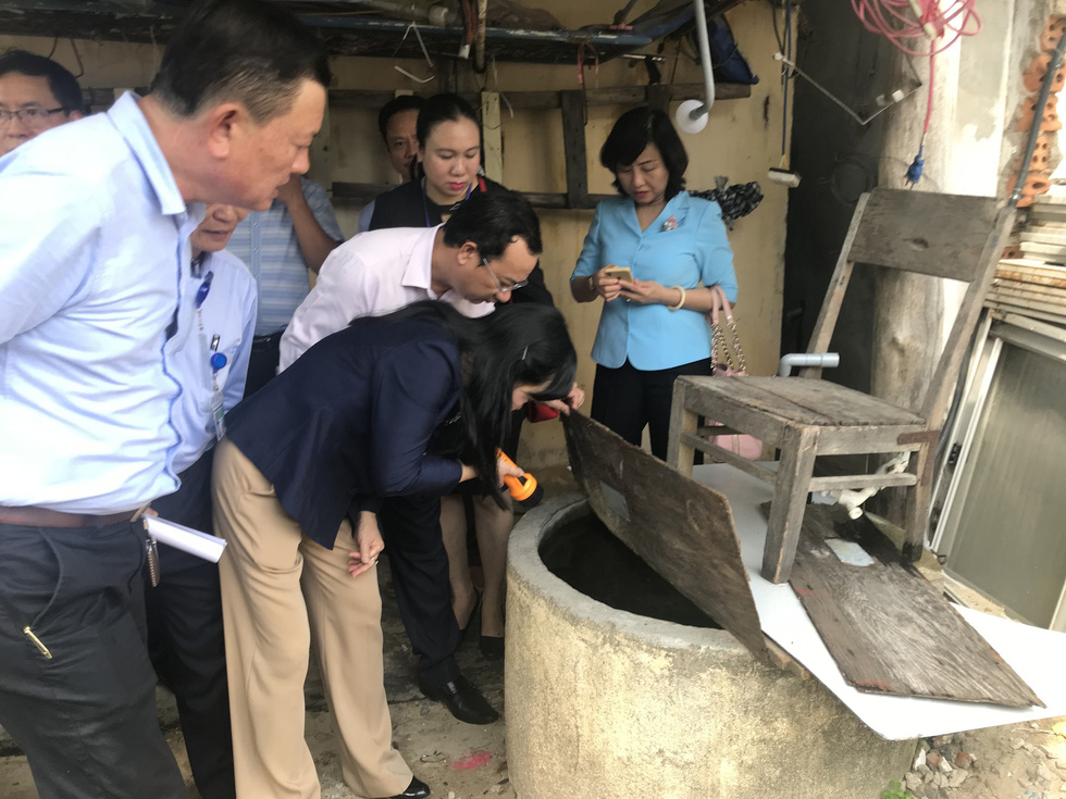 Bộ trưởng Nguyễn Thị Kim Tiến đến nhà dân hướng dẫn cách phòng tránh sốt xuất huyết - Ảnh 3.