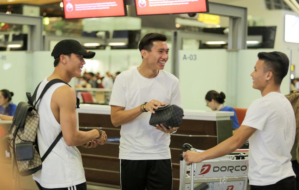 Bố Văn Hậu mắt đỏ hoe trong ngày con trai rời Việt Nam sang Hà Lan chơi bóng - Ảnh 8.