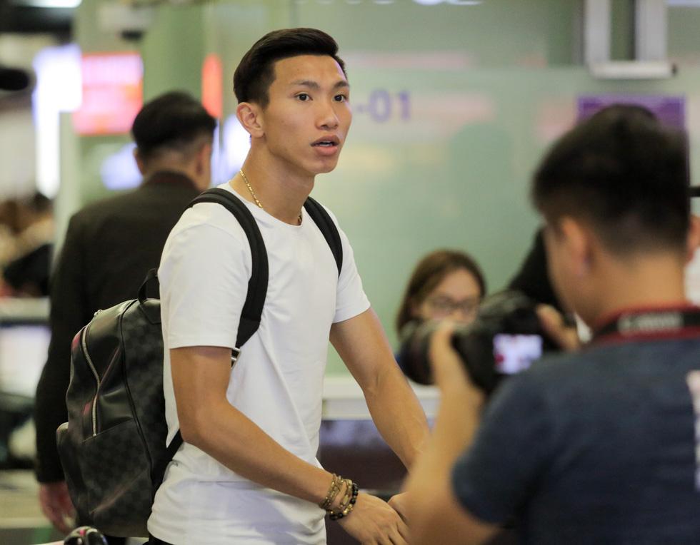 Bố Văn Hậu mắt đỏ hoe trong ngày con trai rời Việt Nam sang Hà Lan chơi bóng - Ảnh 11.