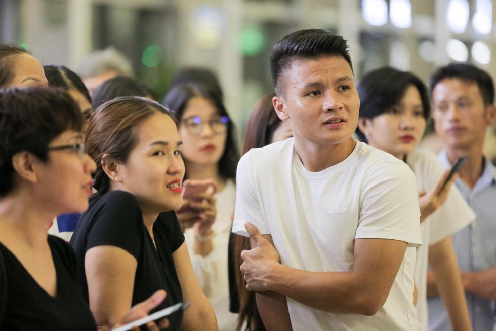 Bố Văn Hậu mắt đỏ hoe trong ngày con trai rời Việt Nam sang Hà Lan chơi bóng - Ảnh 10.