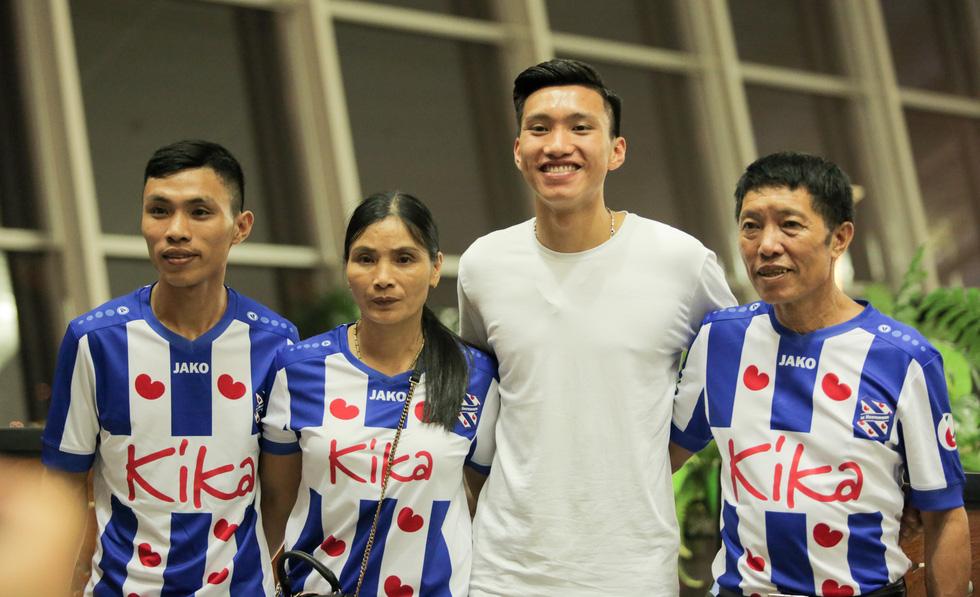 Bố Văn Hậu mắt đỏ hoe trong ngày con trai rời Việt Nam sang Hà Lan chơi bóng - Ảnh 6.