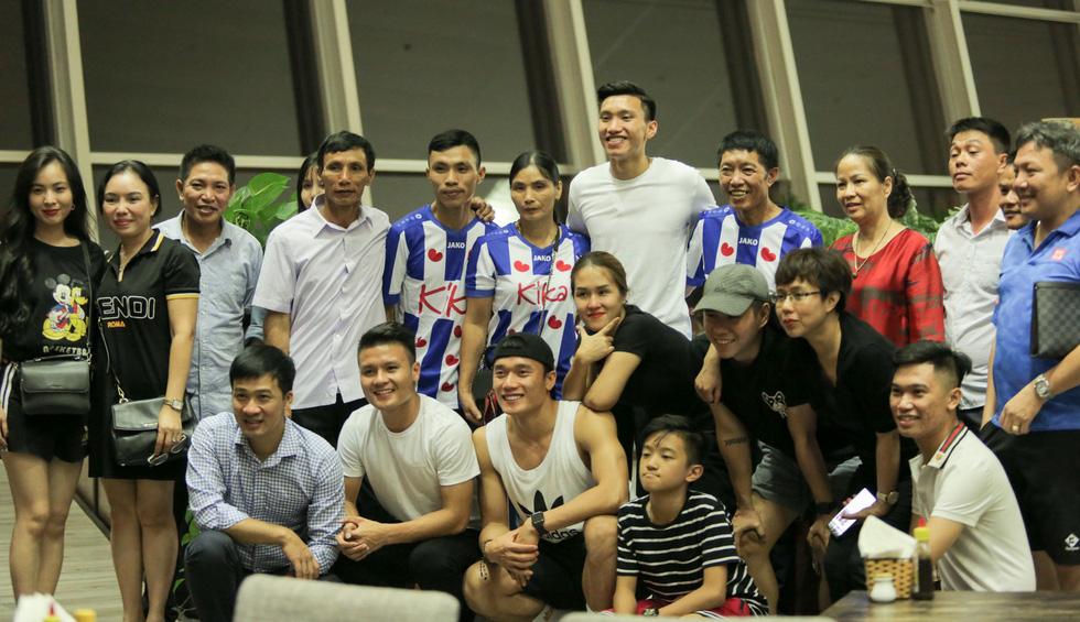 Bố Văn Hậu mắt đỏ hoe trong ngày con trai rời Việt Nam sang Hà Lan chơi bóng - Ảnh 7.