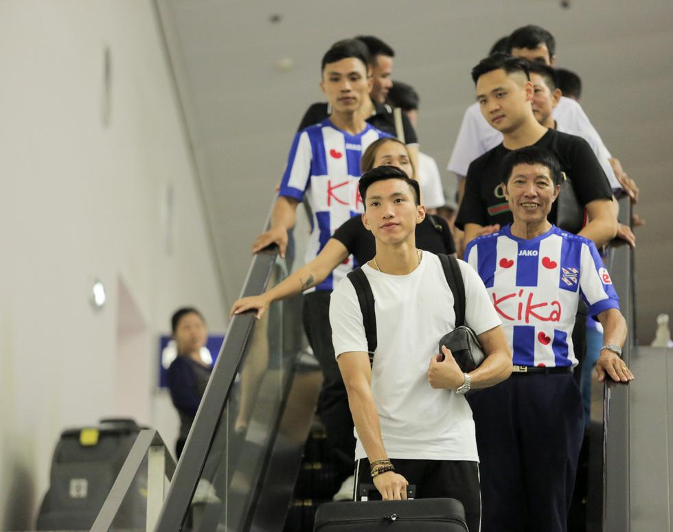 Bố Văn Hậu mắt đỏ hoe trong ngày con trai rời Việt Nam sang Hà Lan chơi bóng - Ảnh 1.
