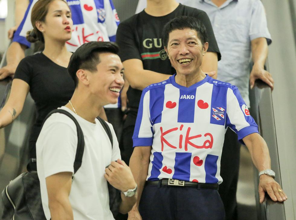 Bố Văn Hậu mắt đỏ hoe trong ngày con trai rời Việt Nam sang Hà Lan chơi bóng - Ảnh 5.