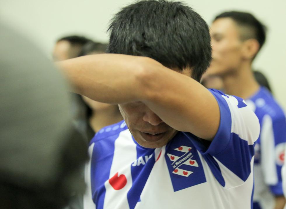 Bố Văn Hậu mắt đỏ hoe trong ngày con trai rời Việt Nam sang Hà Lan chơi bóng - Ảnh 2.