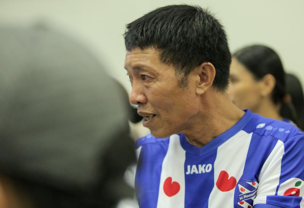 Bố Văn Hậu mắt đỏ hoe trong ngày con trai rời Việt Nam sang Hà Lan chơi bóng - Ảnh 3.