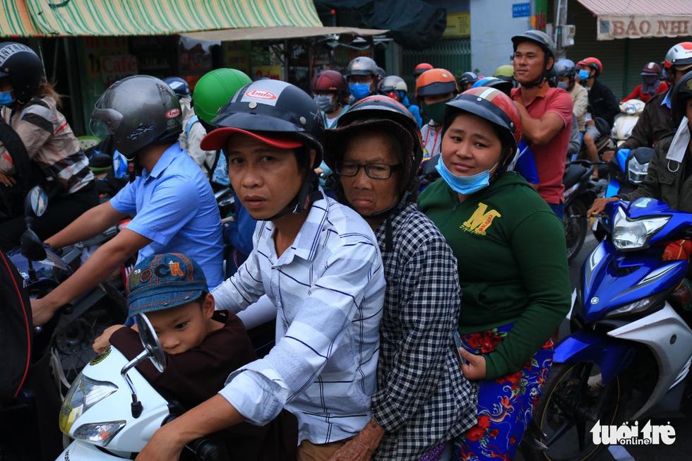 Dòng người nối hàng dài quay lại Sài Gòn sau lễ 2-9 - Ảnh 6.