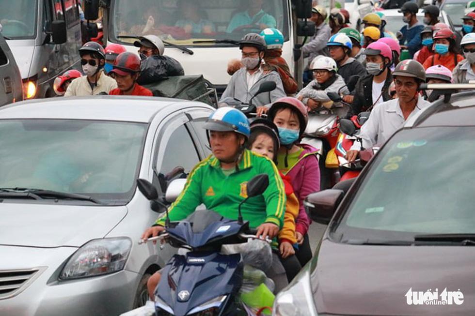 Dòng người nối hàng dài quay lại Sài Gòn sau lễ 2-9 - Ảnh 10.