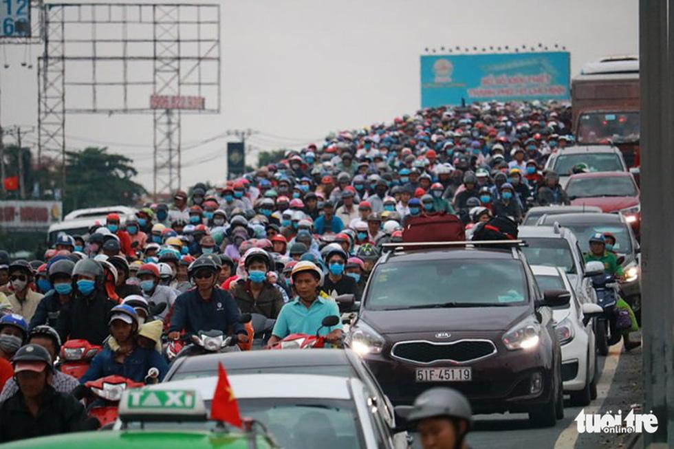 Dòng người nối hàng dài quay lại Sài Gòn sau lễ 2-9 - Ảnh 8.
