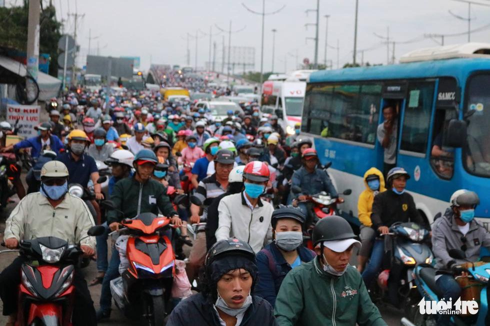 Dòng người nối hàng dài quay lại Sài Gòn sau lễ 2-9 - Ảnh 13.