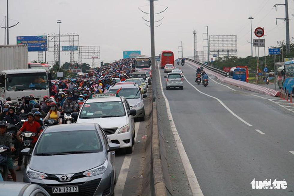 Dòng người nối hàng dài quay lại Sài Gòn sau lễ 2-9 - Ảnh 9.