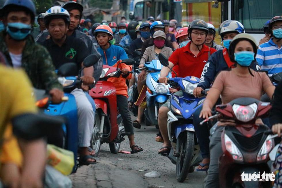 Dòng người nối hàng dài quay lại Sài Gòn sau lễ 2-9 - Ảnh 11.