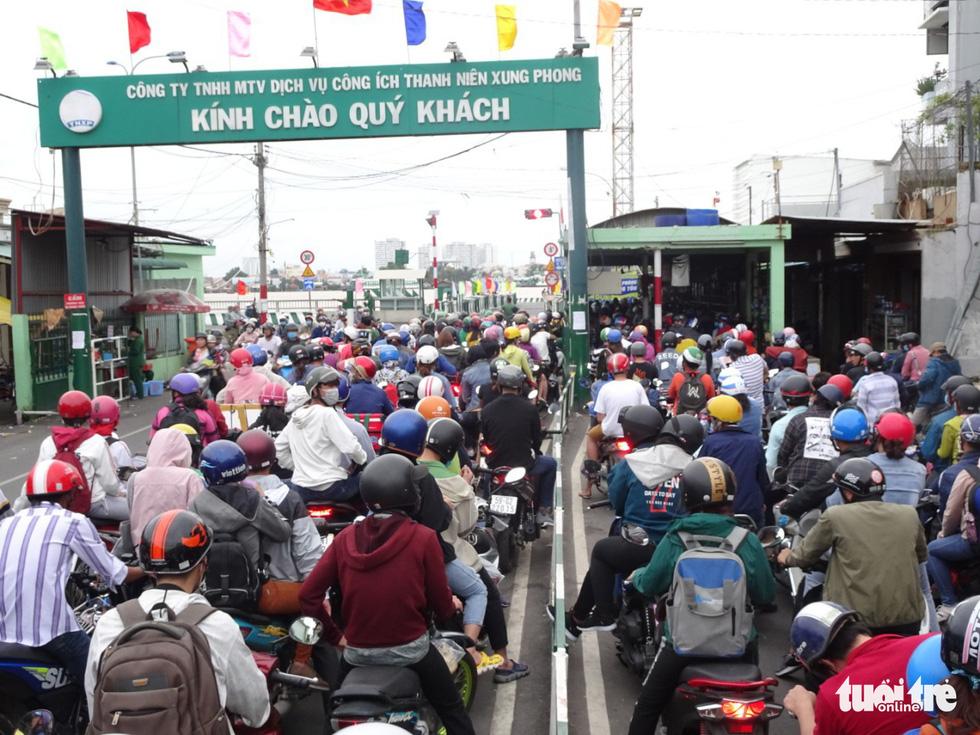 Dòng người nối hàng dài quay lại Sài Gòn sau lễ 2-9 - Ảnh 3.