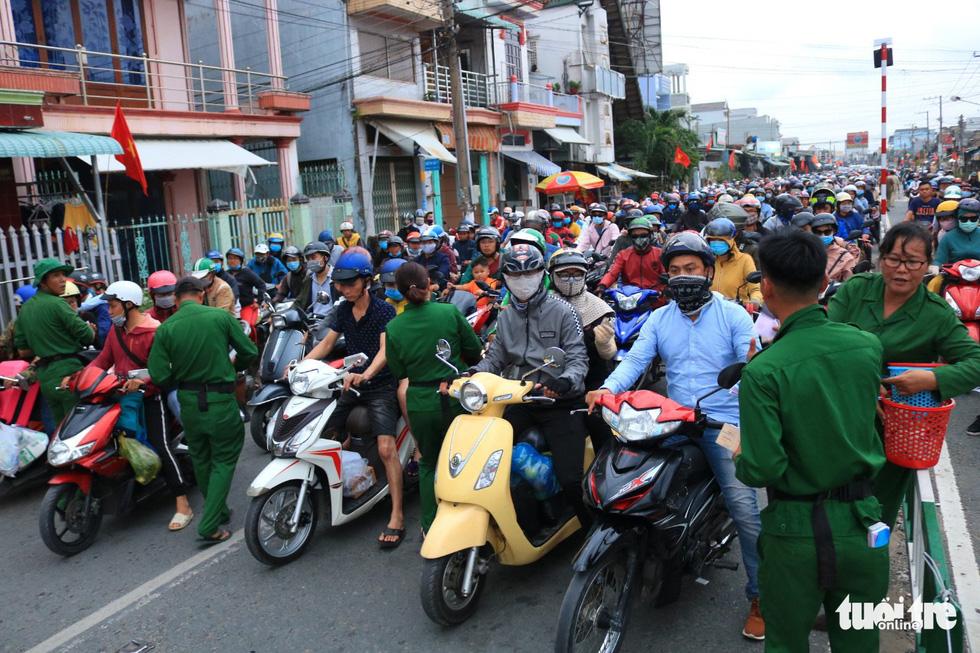Dòng người nối hàng dài quay lại Sài Gòn sau lễ 2-9 - Ảnh 2.