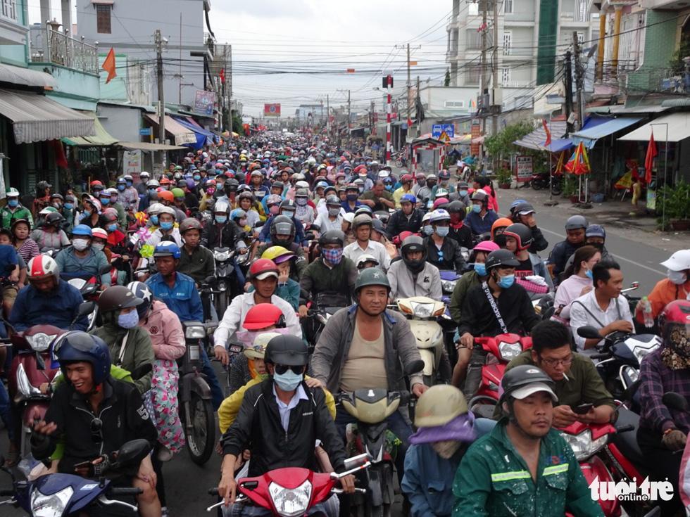 Dòng người nối hàng dài quay lại Sài Gòn sau lễ 2-9 - Ảnh 1.