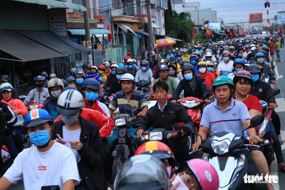 Dòng người nối hàng dài quay lại Sài Gòn sau lễ 2-9 - Ảnh 7.