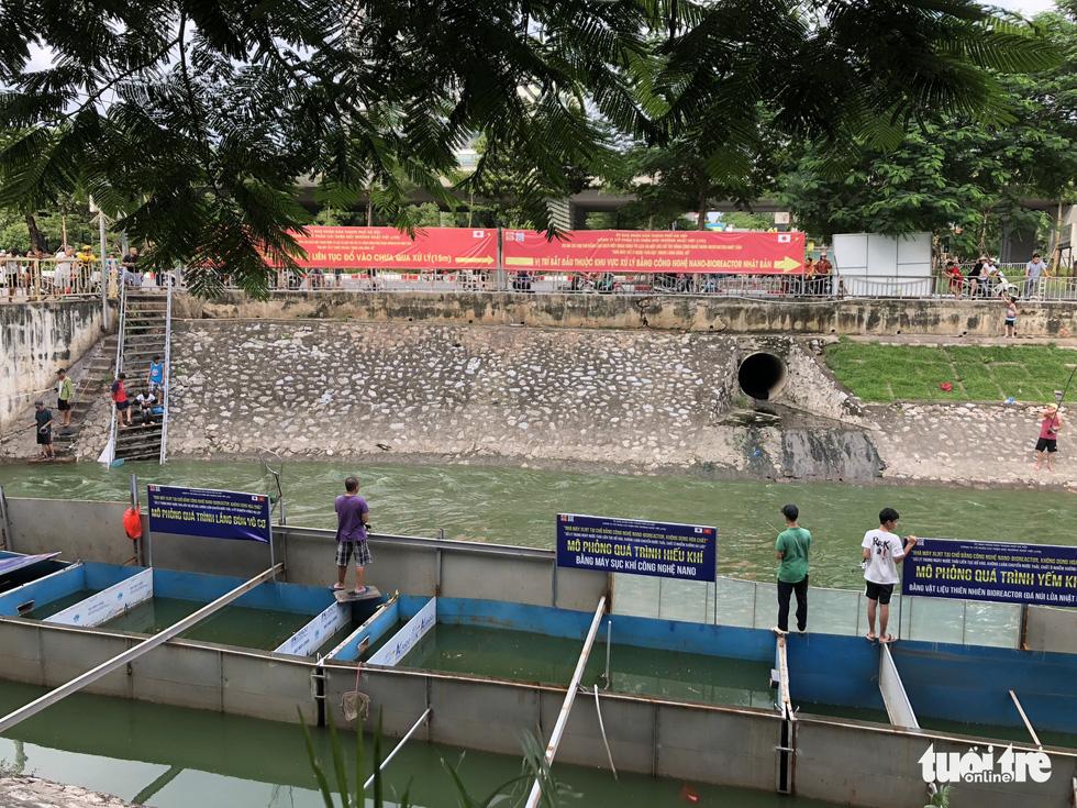 Sau mưa lớn, người dân đổ ra sông Tô Lịch câu cá - Ảnh 5.