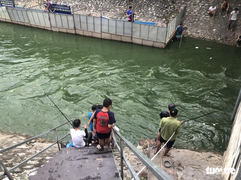 Sau mưa lớn, người dân đổ ra sông Tô Lịch câu cá - Ảnh 6.