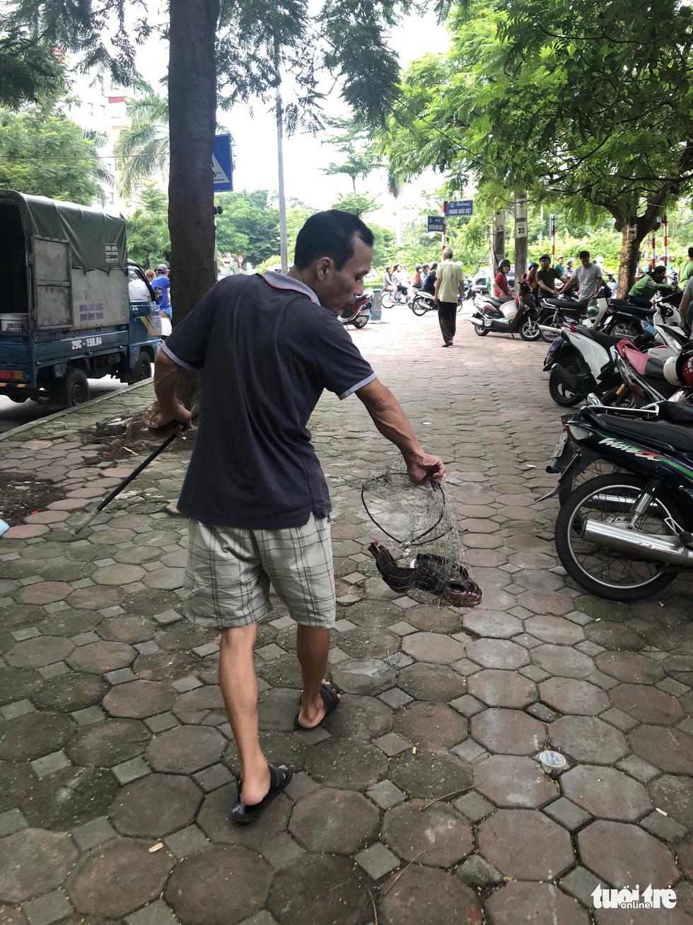 Sau mưa lớn, người dân đổ ra sông Tô Lịch câu cá - Ảnh 8.