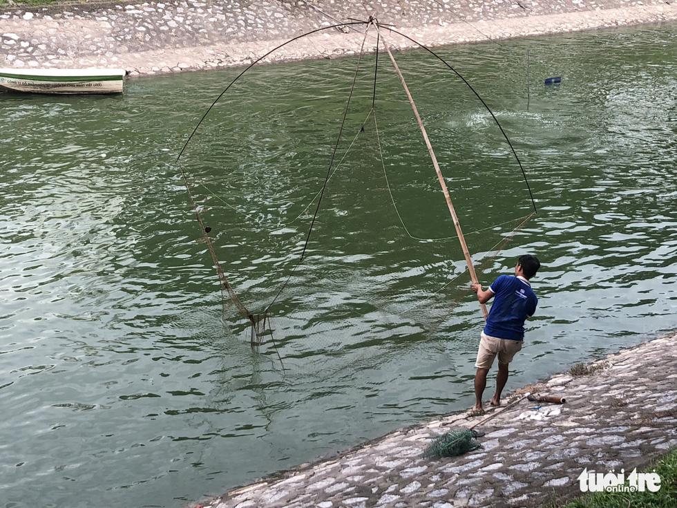 Sau mưa lớn, người dân đổ ra sông Tô Lịch câu cá - Ảnh 7.