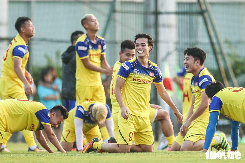 Xem tuyển Việt Nam sảng khoái trong buổi tập đầu tiên chờ đấu Malaysia - Ảnh 2.
