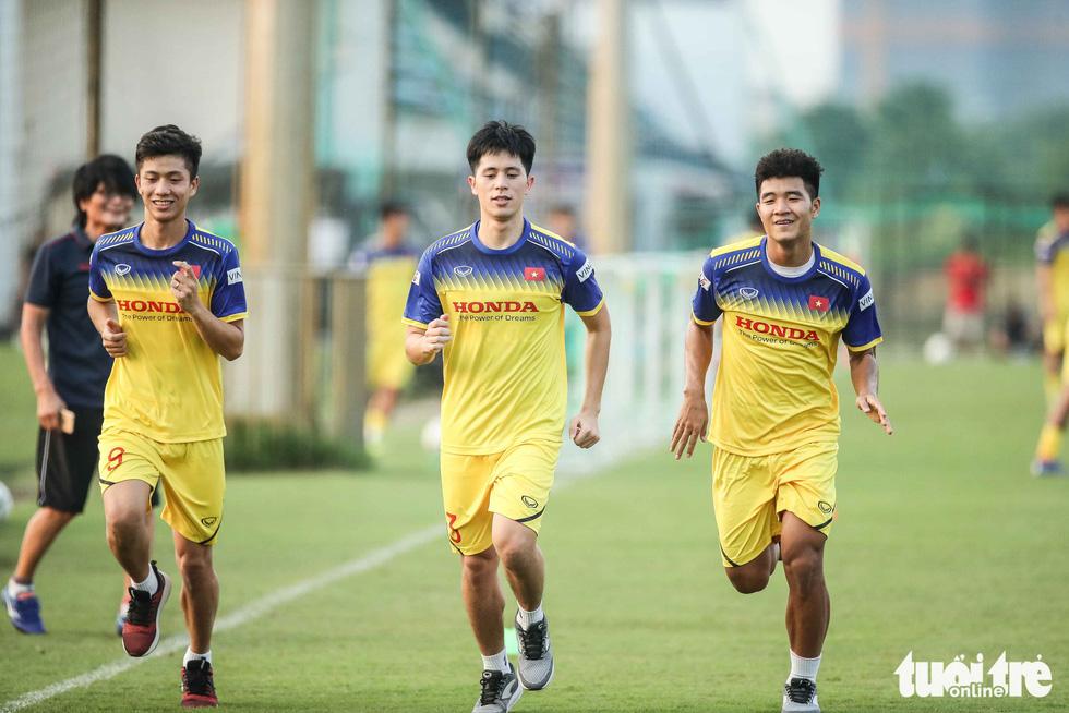 Xem tuyển Việt Nam sảng khoái trong buổi tập đầu tiên chờ đấu Malaysia - Ảnh 11.