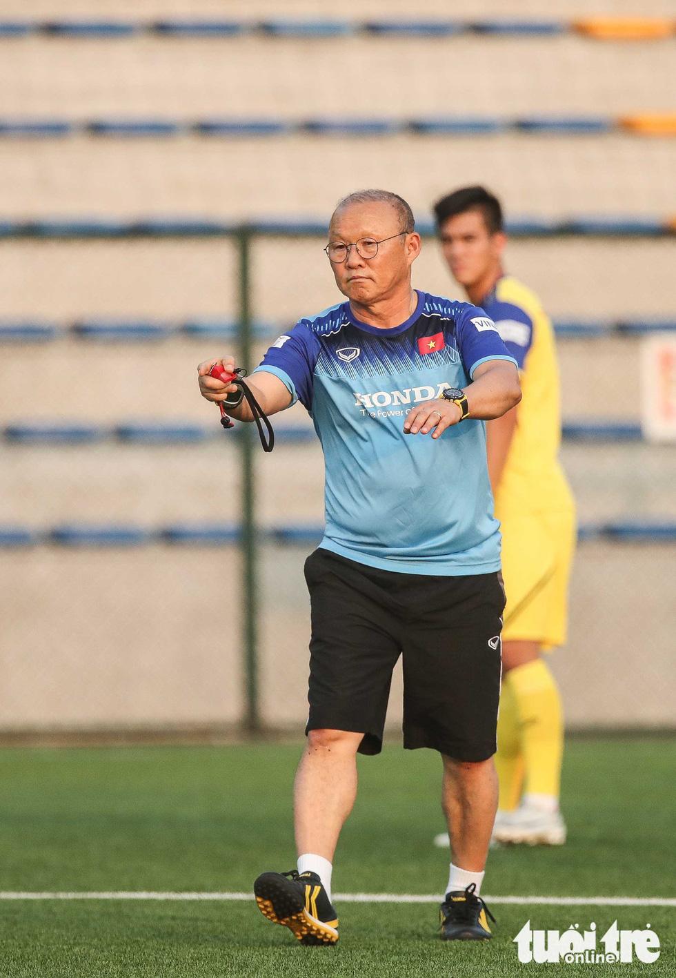 Xem tuyển Việt Nam sảng khoái trong buổi tập đầu tiên chờ đấu Malaysia - Ảnh 12.