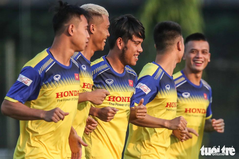 Xem tuyển Việt Nam sảng khoái trong buổi tập đầu tiên chờ đấu Malaysia - Ảnh 3.